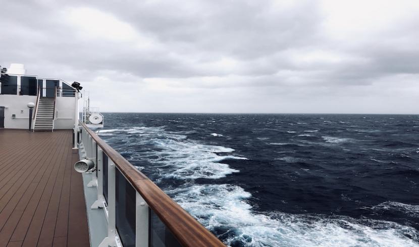Die Aussicht vom Schiff aufs Meer.