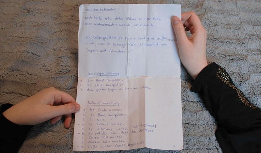 Tatjana hält einen Zettel