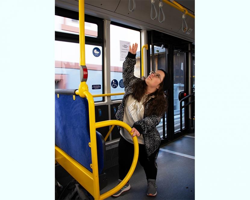 Im Bus kommt Leonie nicht an die Haltegriffe – an den Haltewunschkopf aber schon.