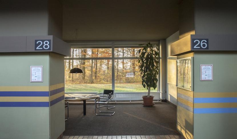 Eingangsbereich mit rundem Tisch.
