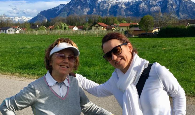 Meine Oma Rosi und meine Tante Katrin beim Radfahren.
