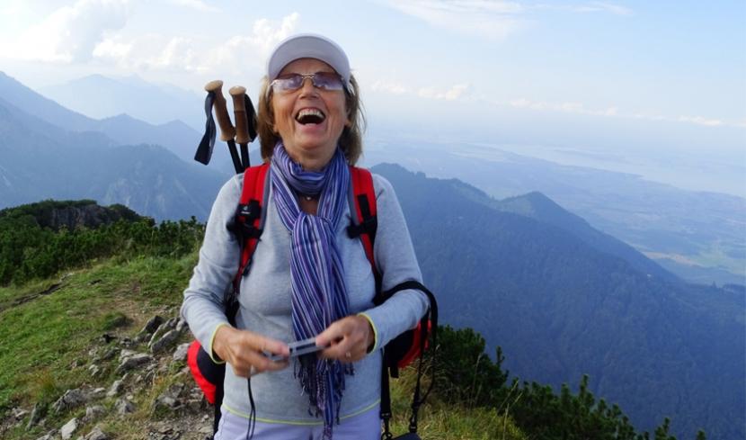 Meine Oma Rosi beim Wandern.