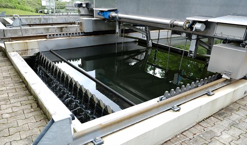 Das Abwasser fließt durch die letzte Reinigungsstufe in der Kläranlage