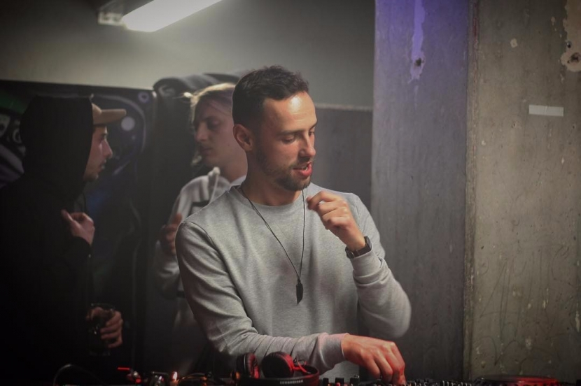 DJ Danny Salas hat sichtlichen Spaß beim Auflegen.