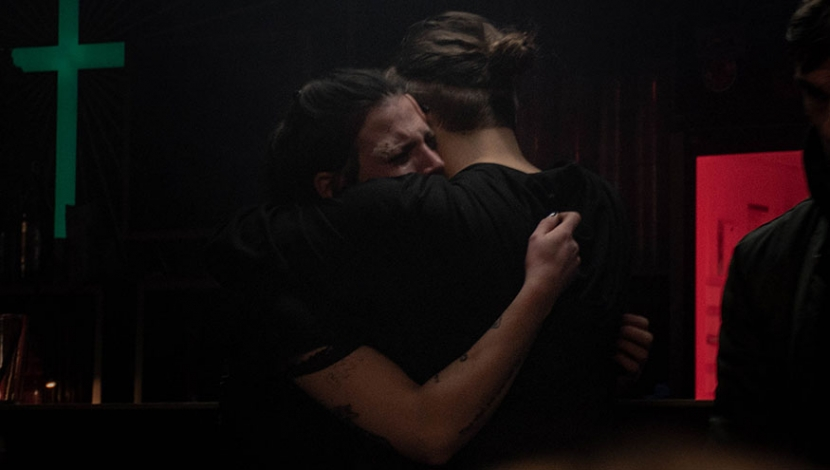 Paula liegt weinend in den Armen von Henry