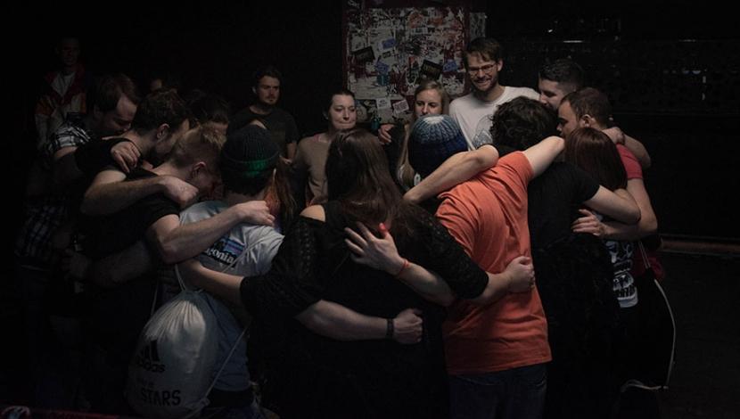 Die Gäste bilden einen Kreis und umarmen sich