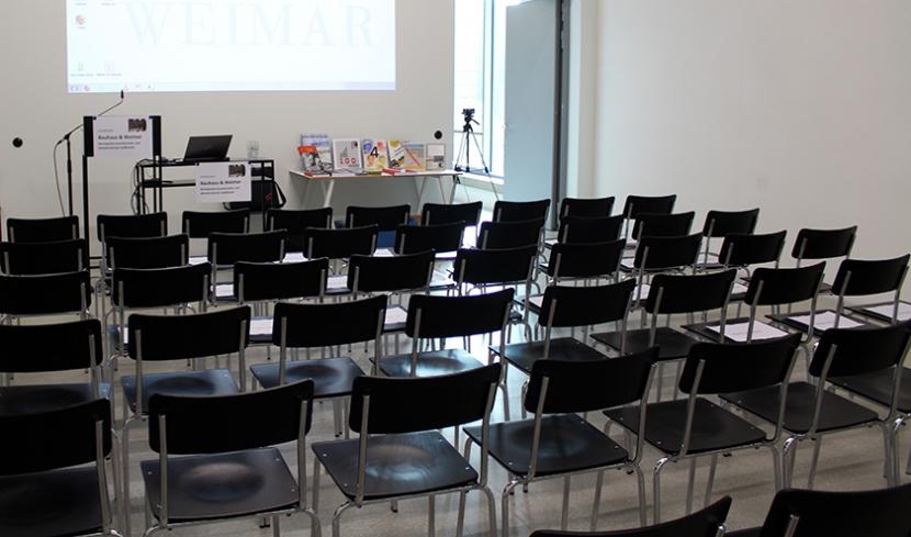 Aufbau Bauhaus-Symposium: Raum mit Stühlen und Rednerpult.