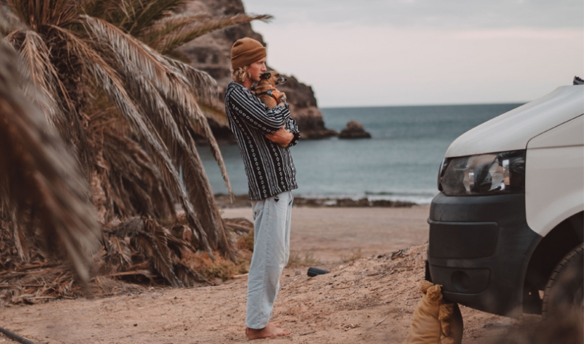 Luca Fröhlingsdorf mit seinem Hund Nico am Strand
