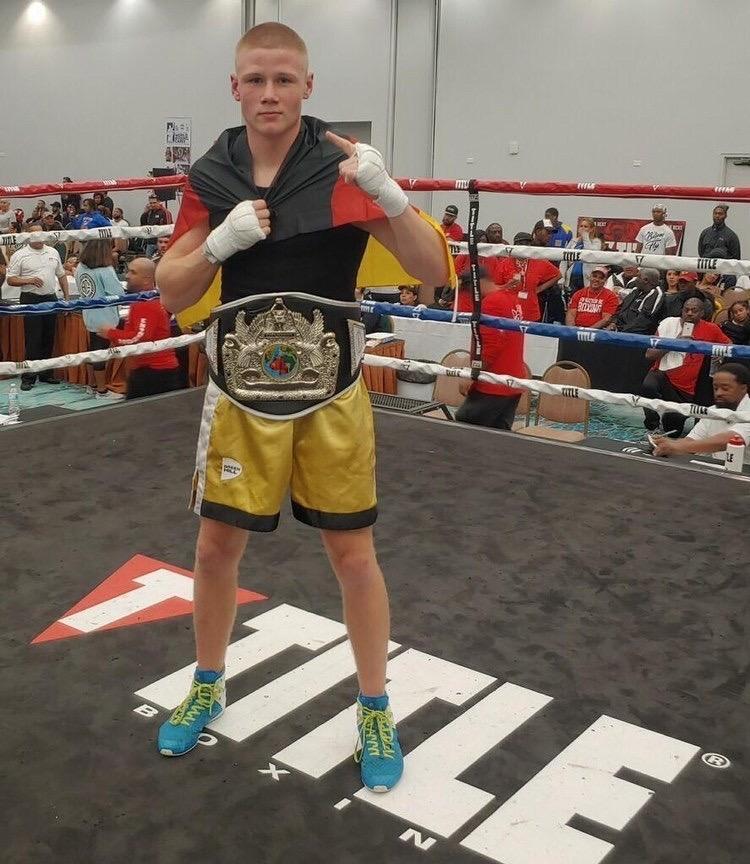 Lucas Vogt steht als Sieger im Boxring.