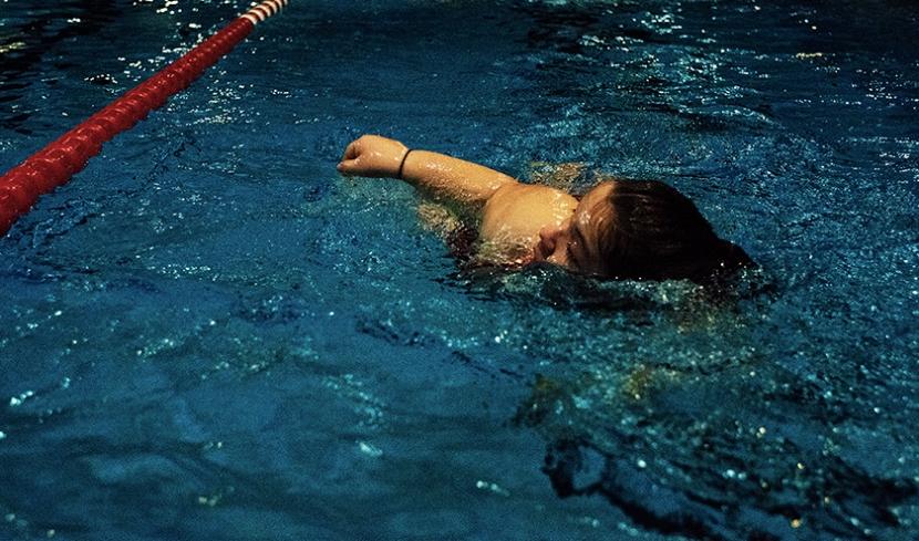 Aufwärmphase im DRLG-Training: Leonie krault über 50 Meter durch das Becken.