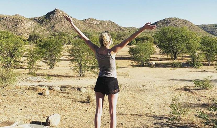 Nia steht im Urlaub in der Savanne Namibias