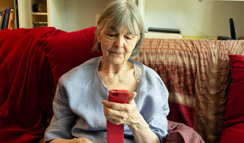 Großmutter schaut auf ihr Smartphone.