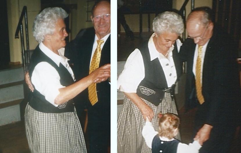 Zu sehen sind zwei tanzende Rentner.