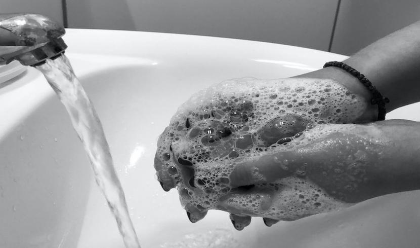 Eine Person wäscht sich die Hände mit Seife
