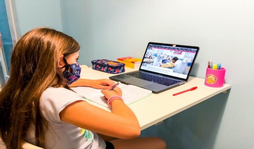 Ein achtjähriges Kind wird von zu Hause unterrichtet