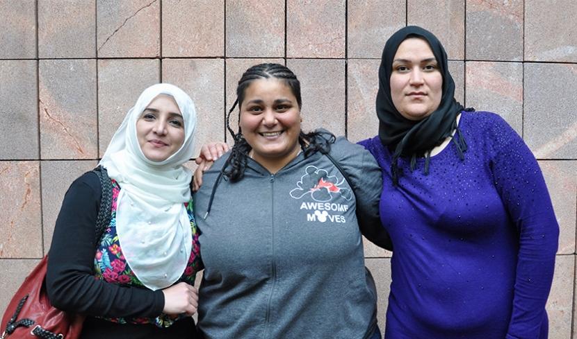 Suad Alfurijat, die Sozialarbeiterin Rola Saleh und Zaineb Salim Saleh (von links) vor dem Haus der Kulturen.
